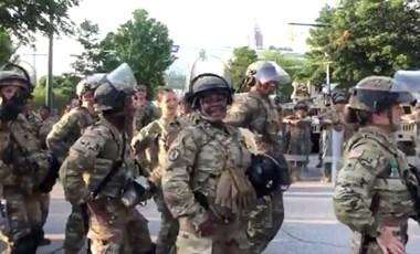 Az amerikai tüntetések egy tökéletes pillanata: a nemzeti gárdisták Macarenája