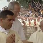 Elesett a pápa a lengyelországi misén – videó