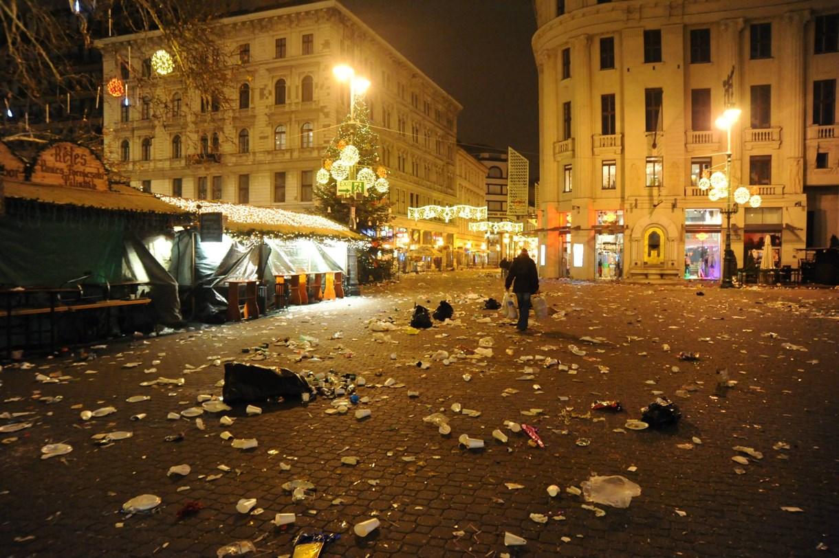 Elképesztő csatatérré vált a Vörösmarty tér - fotók