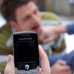 Túl sok a verekedős videó, kitiltják az iskolákból a mobiltelefont