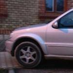 Visszaeső: Többször is járdát és mozgássérülthelyet elfoglalva parkolt ez a Mercedes terepjáró