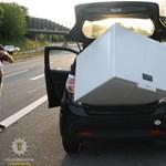 A rendőrök nem hittek a szemüknek: hűtőládát vittek egy városi kisautóval