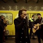 Zenélni kezdett a U2 a berlini metróban - fotó, videó