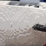 Ezen a videón 150 ezer Lego kockából raknak össze egy jegesmedvét