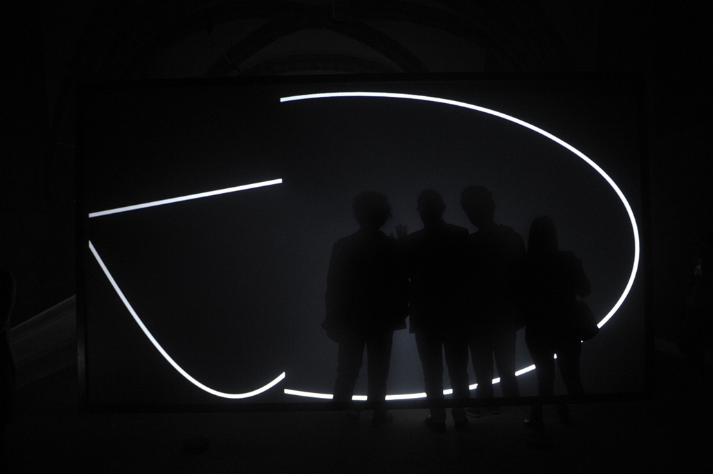 afp. hét képe 0623-0628 - Santiago de Compostela, Spanyolország, 2014.06.26. People look at a work by English artist Anthony McCall, part of the exhibition On the road, at the Gelmirez Palace in Santiago de Compostela, on June 26, 2014.