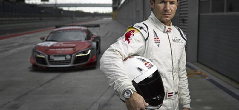 Most autóversenyzőnek áll Felix Baumgartner