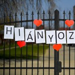 """""""Hiányoztok"""" – üzenik a nyíracsádi tanárok az iskola kerítésére feszített molinón a diákoknak"""