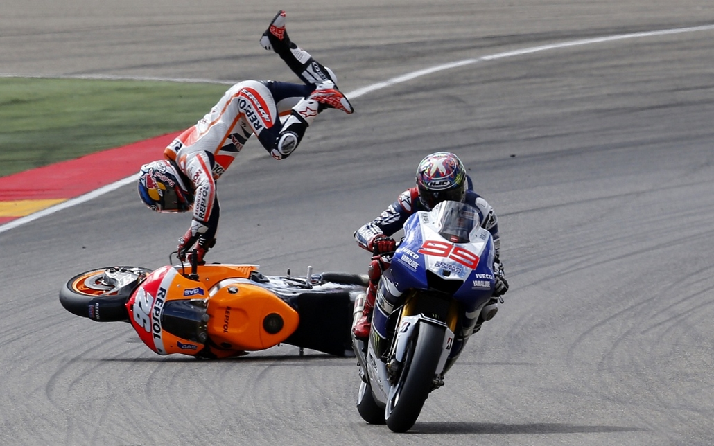 13.09.29. - Alcañiz, Spanyolország: a Honda Repsol spanyol versenyzőjének,  Dani Pedrosának bukása honfitársa, Jorge Lorenzo mögött - évképei, az év sportképei