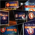 Tizennégy városban dolgozták meg a kormányzati plakátokat a momentumosok – fotók