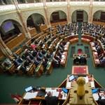 """Országgyűlés: a kormány szerint a baloldal nem változott, """"nehéz nem erre gondolni november 4-én"""" – ÉLŐ"""