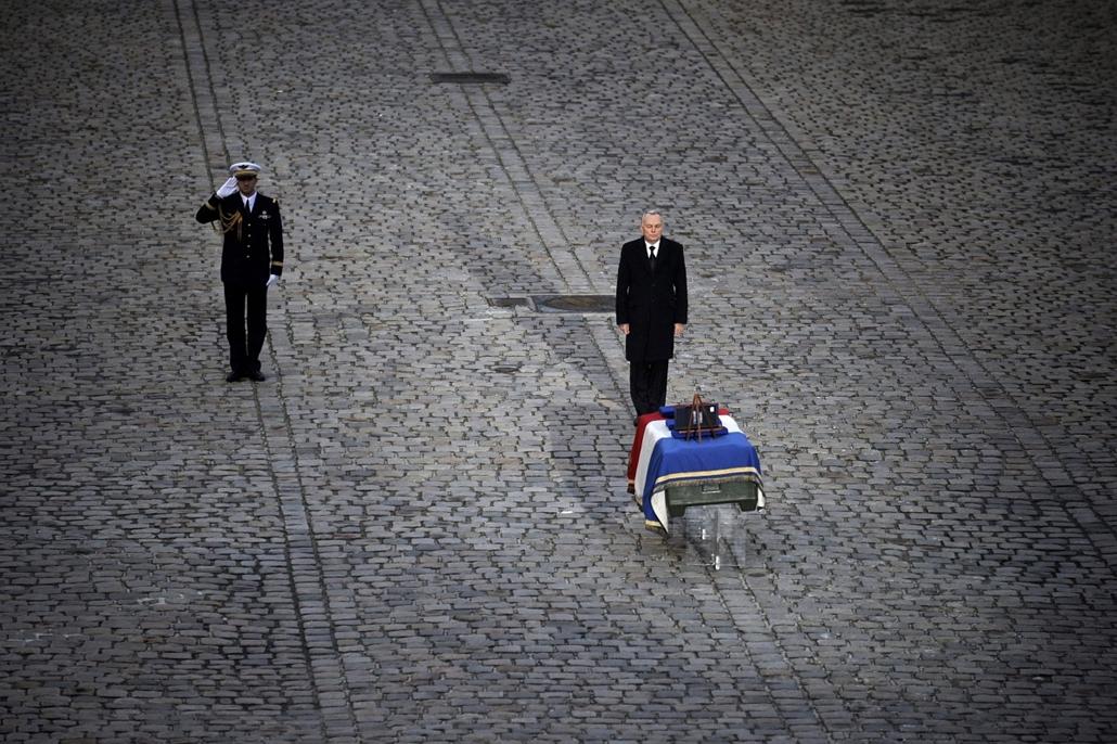 Malinagyítás afp, Mali, algéria, francia beavatkozás -Francia katona temetése Párizsban, Jean-Marc Ayrault francia miniszterelnök áll a Maliban bevetés közben elhunyt Damien Boiteux francia hadnagy nemzetiszínű zászlóval letakart koporsója előtt a párizsi