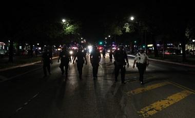 Egy dokumentumfilmes rögzítette, ahogy a rendőrök gázspray-vel elvakították