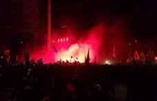 A közmédia székházhoz tették át a vasárnapi tüntetés súlypontját, itt is előkerült a rendőrségi könnygáz