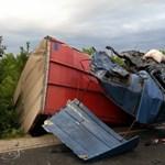 Fotó: Rommá törtek a nyerges vontatók, mindkét sofőr meghalt