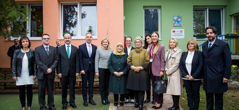 Erdogan feleségével látogatott óvodásokat Kispest MSZP-s polgármestere