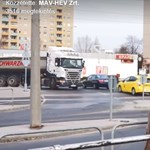 Autós, biciklis, kamion is - videón mutatják, mennyien járnak át tilosban a HÉV-síneken