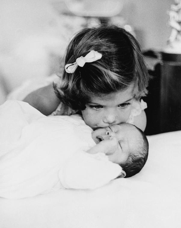 1960.12.12. - Washington, USA: Kennedy lánya, Caroline üdvözli öccsét, John-t, aki november 25-én született. - John F. Kennedy, John Fitzgerald Kennedy