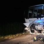 Busszal ütközött egy autó Fejér megyében az éjjel, meghalt két ember