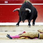 Nap képe: bika ugrotta át a matadort Pamplonában