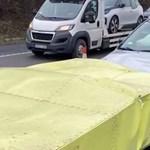 Megint telibe talált egy közutas ütközéselnyelő dobozt egy figyelmetlen autós – videó