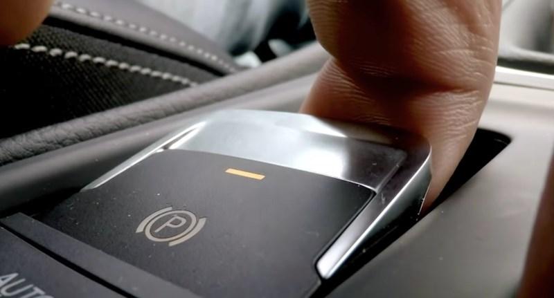 Ez történik, ha 190 km/h-nál behúzzák az elektromos kéziféket – videó