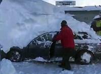 Videó: kicsit sok a hó Ausztriában, kétméteres hósapkát viselnek az autók