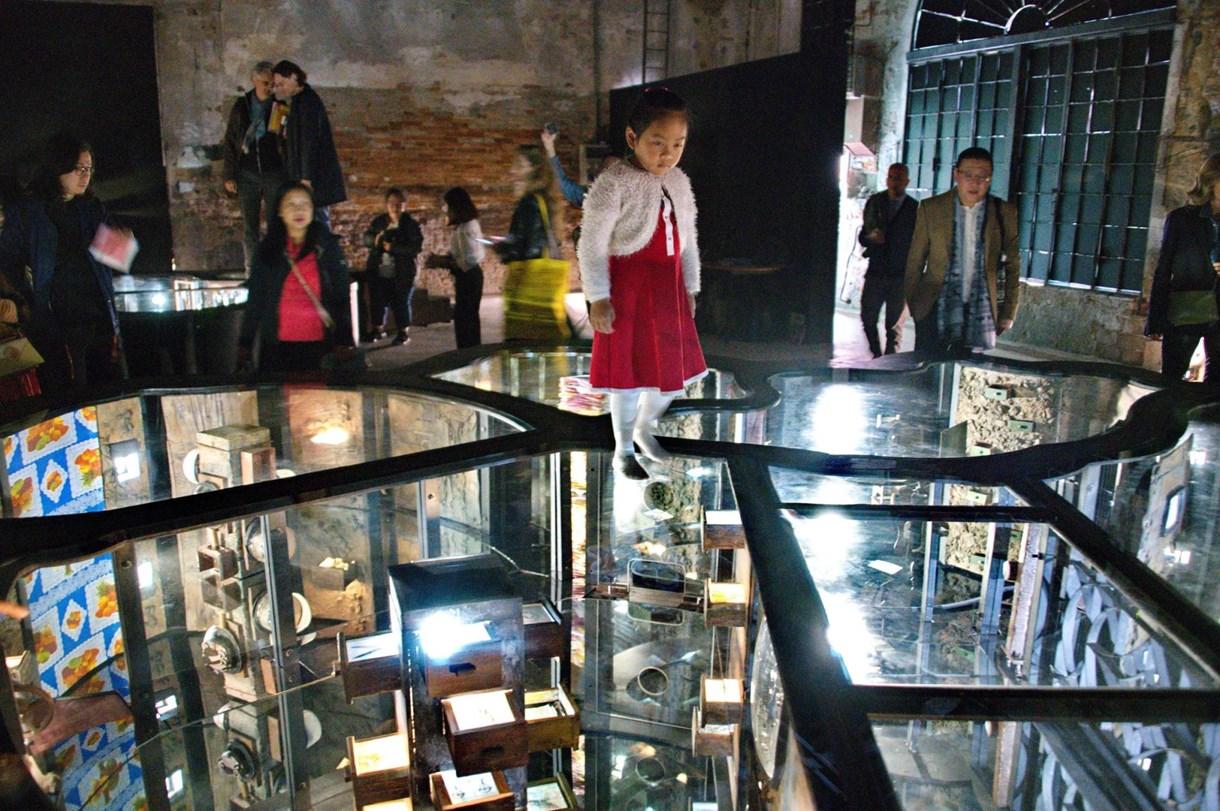 Modern poklok és sörösdobozokból font szőnyeg az 58. Velencei Biennálén - galéria