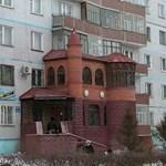 Kacsalábon forgó kastély egy lakótelepen