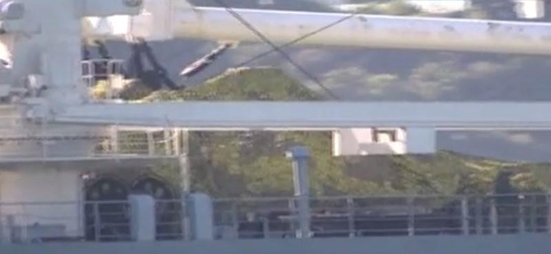 Tankokat szállító orosz hajó kelt át a Boszporuszon
