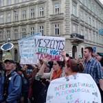 Több tucat szak megszüntetése ellen tüntetnek ma a Kossuth téren