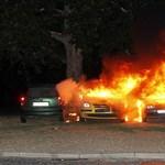 Négy autó lángolt éjjel az 56-osok terén