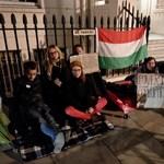 A londoni magyar nagykövetség előtt demonstráltak magyar fiatalok a hajléktalantörvény ellen – fotók