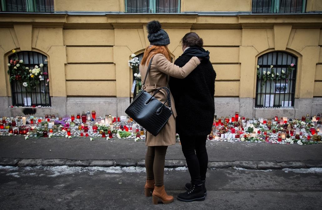 e_! - hvg év képei 2017 nagyítás - ae.17.01.23. - Megemlékezés a veronai buszbaleset áldozataira a Szinyei Merse Pál Gimnázium előtt a nemzeti gyásznapon, január 23-án.