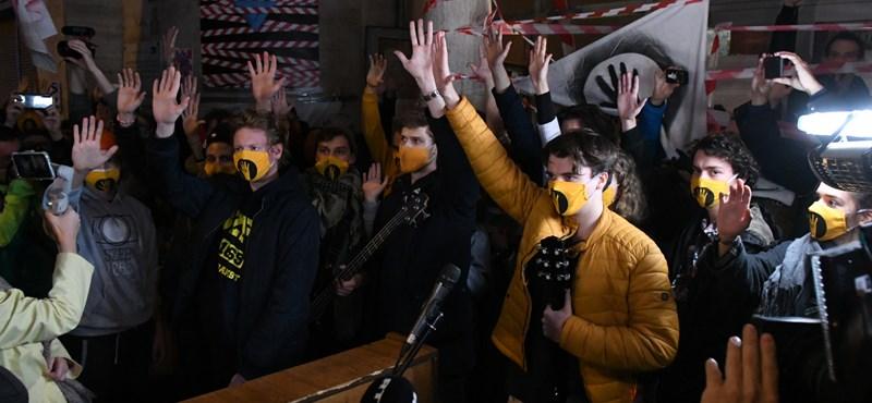 SZFE: Visszatartották a hallgatók szociális támogatásait, még egy termet bezártak