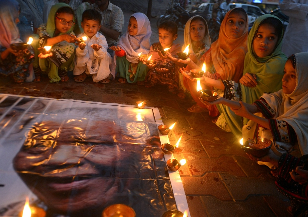 Nelson Mandela halála, 2013.12.06.PAKISTAN, Karachi : Pakistani schoolchildren hold lamps during a memorial tribute to South African late president Nelson Mandela, in Karachi on December 6, 2013. People gathered in cities around the world to make their ow