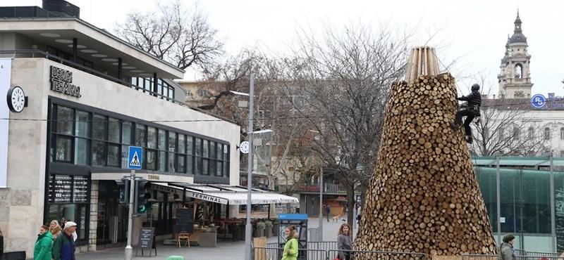 Lebontották a rendhagyó karácsonyfát az Erzsébet téren