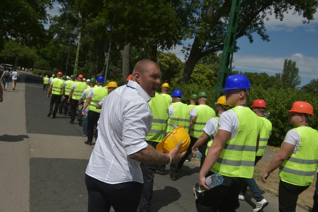tg.16.07.06. - Rendőrök és ligetvédők az egykori Hungexpónál a Városligetben, kopaszok