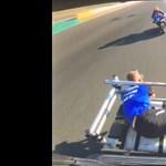Ez a motorsportfotós legalább olyan őrült, mint a versenyzők – videó