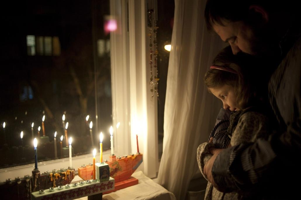 mti. 13.11.27. - Radnóti Zoltán neológ rabbi és kislánya, Mirjam nézik a hanukiákban égő gyertyákat a nyolcnapos zsidó vallási ünnep, hanuka első estéjén