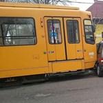 Fotók: Teljesen összeroncsolódott a 42-es villamossal karambolozó autó