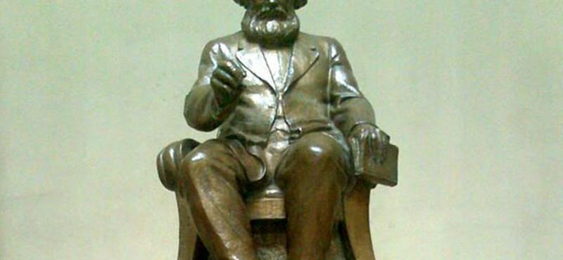 Elköltöztetnék a Marx-szobrot a Corvinus főépületéből?