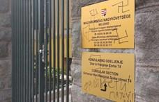 Horogkereszt a belgrádi magyar nagykövetség bejáratánál