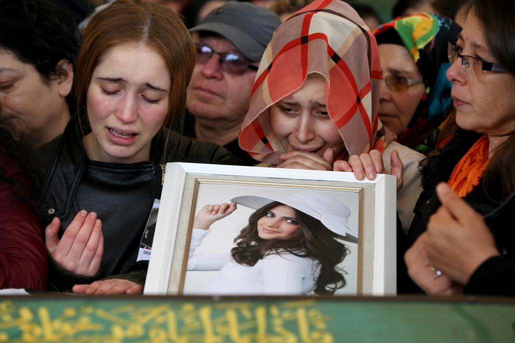 hét képei - afp.16.03.15. - Törökország, Ankara: az ankarai merénylet egyik áldozata, Destina Peri Parlak hozzátartozói és barátai a temetésen