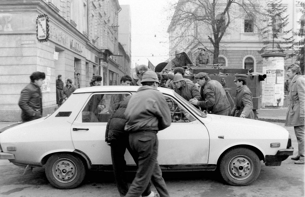 fortepan. Temesvár 1989, román forradalom - Piata Libertatii, szemben a strada Victor Vlad Delamarina. Romániai forradalom