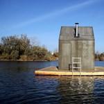 Fotó: különleges, vízen úszó közszauna épült egy tóra Pest megyében