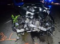 Fotó: Részegen nekihajtott a villanyoszlopnak, ennyi maradt a Mercedesből