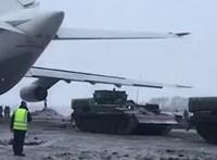 Videó: Tankokkal vontatták vissza a kényszerleszállást végrehajtó repülőt Oroszországban