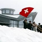 Esik a frank, örülnek a svájciak
