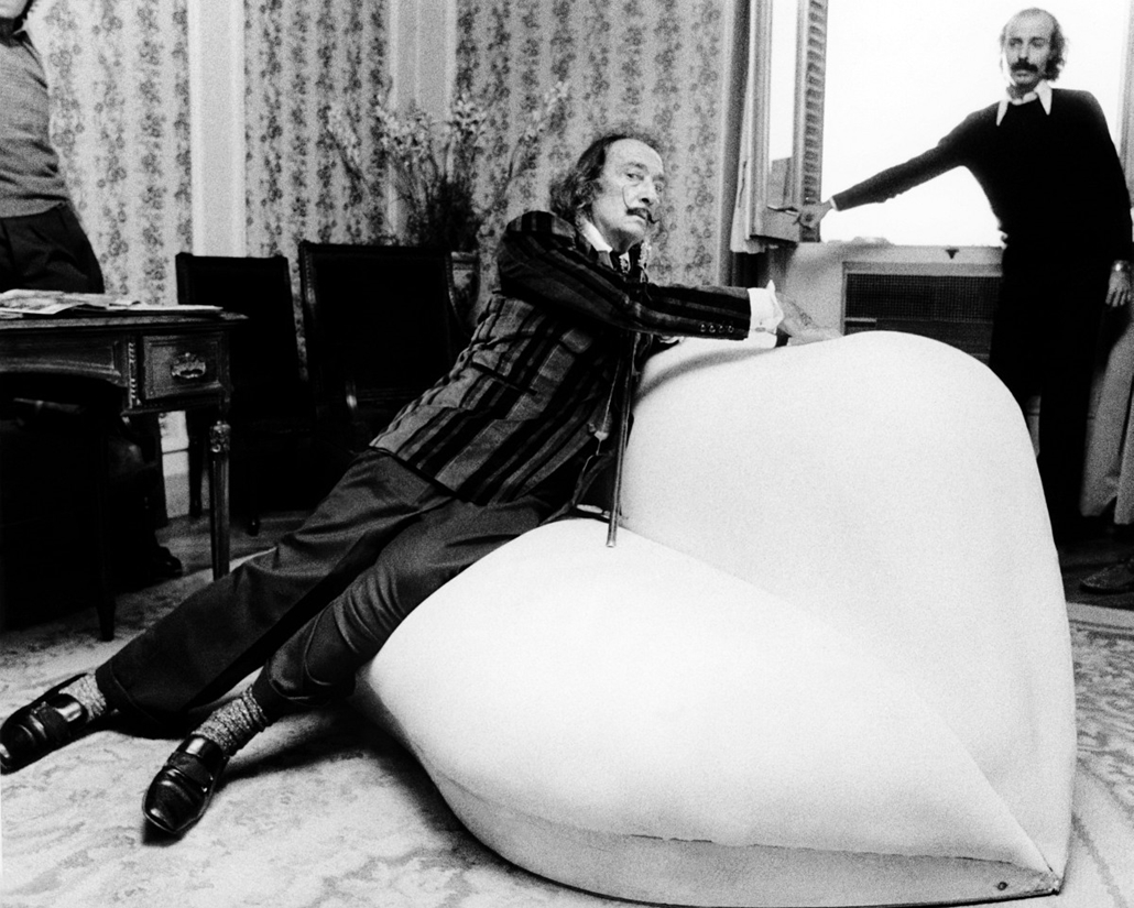 afp. nagyítás - Salvador Dali 110 éve született - 1960.01.01. Picture released in the 60s of Spanish painter Salvador Dali, one of the most popular painters of the 20th century, sitting on a sofa of his creation. Salvador Dali was born in 1904 in Figueras