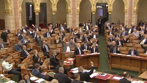 Megszavazta a Fidesz, hogy ne lehessen jogállami feltételekhez kötni az EU-támogatásokat
